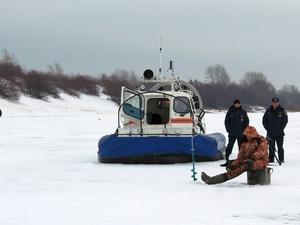 По тонкому льду: сотрудники нижегородской ГИМС предупредили рыбаков об опасности