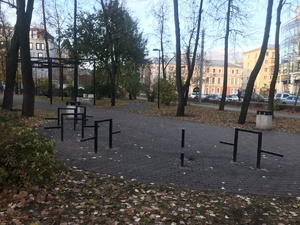 Столы и скамейки демонтировали в сквере на Черном пруду