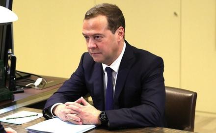 Стало известно, кому велел поднять зарплаты Медведев