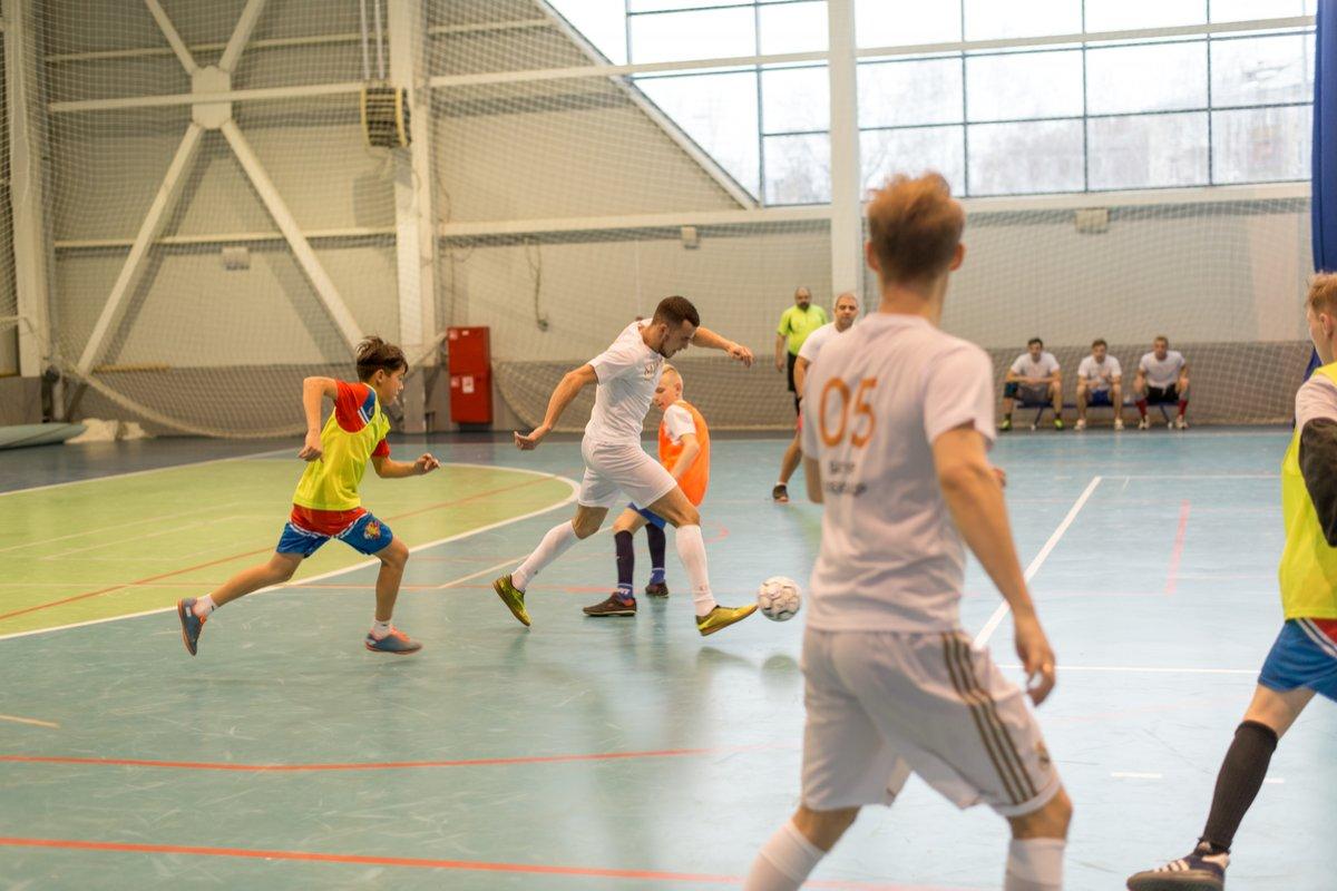 Финалисты конкурса «Мистер Нижний Новгород» сыграли с юными футболистами - фото 1