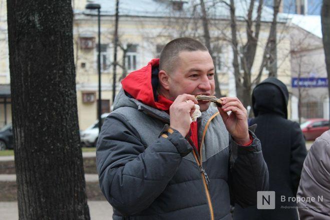 Чемпионы по поеданию ребрышек съели порцию за три минуты в Чернопрудском сквере - фото 33