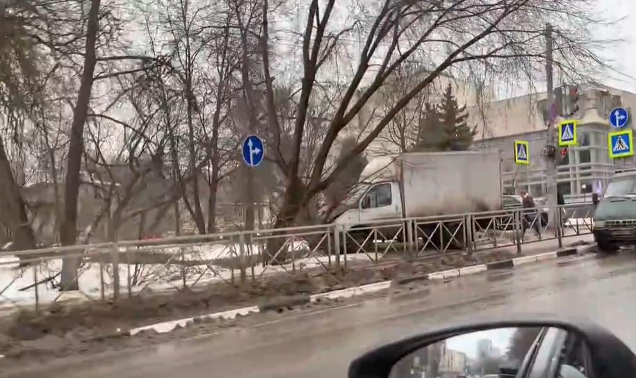 «Газель» и скорая помощь столкнулись рядом с нижегородским ТЮЗом - фото 2