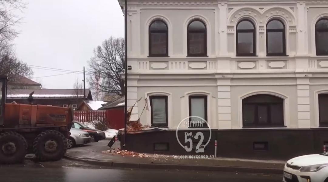 Угол исторического здания на Ильинке повредил водитель грейдера