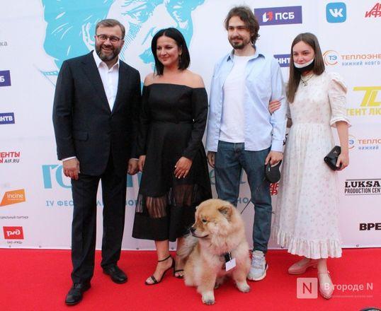 Маски на красной дорожке: звезды кино приехали на «Горький fest» в Нижний Новгород - фото 67
