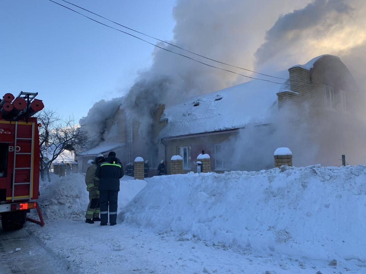 Двух мальчиков вытащили росгвардейцы из горевшего дома в Кстовском районе - фото 1