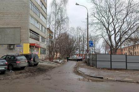 Строительное ограждение на Совнаркомовской снесут из-за жалоб жителей