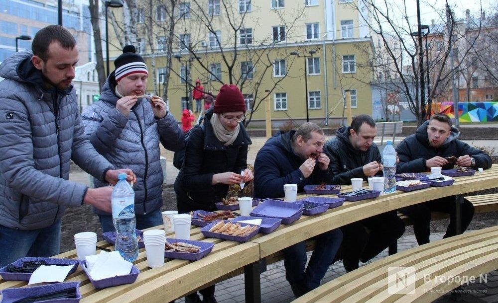 Чемпионы по поеданию ребрышек съели порцию за три минуты в Чернопрудском сквере - фото 1